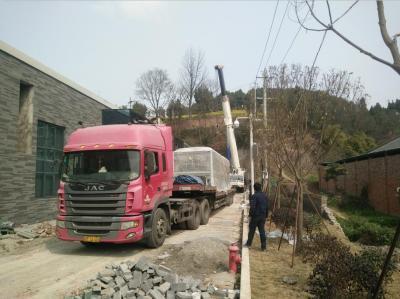 280吨大吊车准备吊起空调设备